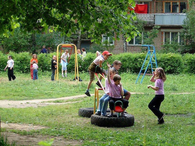 Детская площадка во дворе на Пионерской, 2002 год