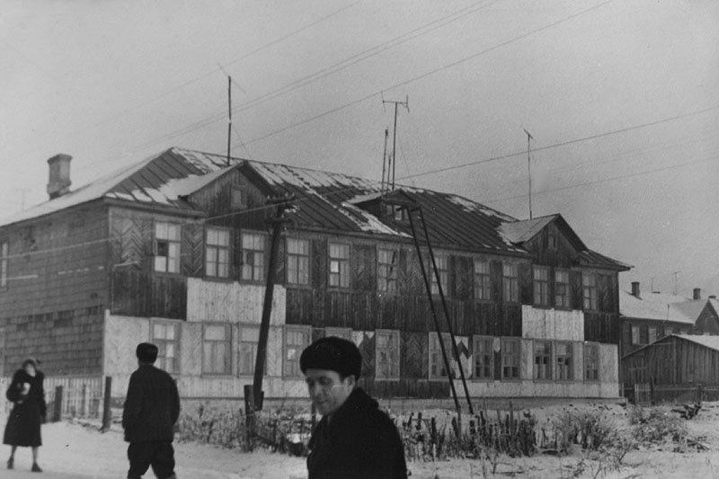 Вид от «конечной», на месте этого дома стоит дом №9 по Пионерской, 1960-е годы
