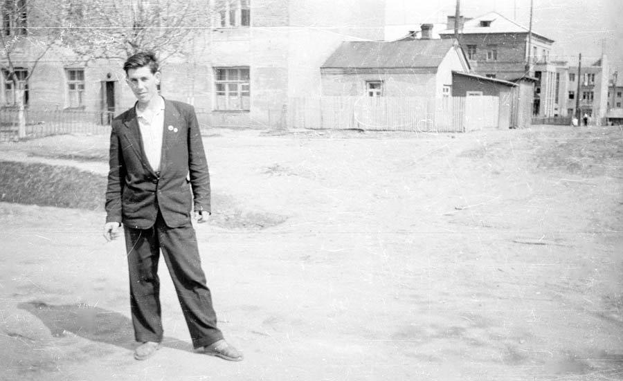 """Около домов на Пионерской, на заднем плане слева """"63-й дом"""", а на заднем плане дома на Комсомольской, 1960-е годы"""