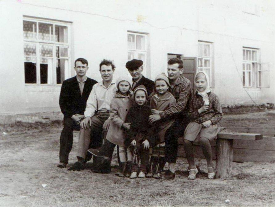 Во дворе Шестьдесят третьего дома, 1964 год