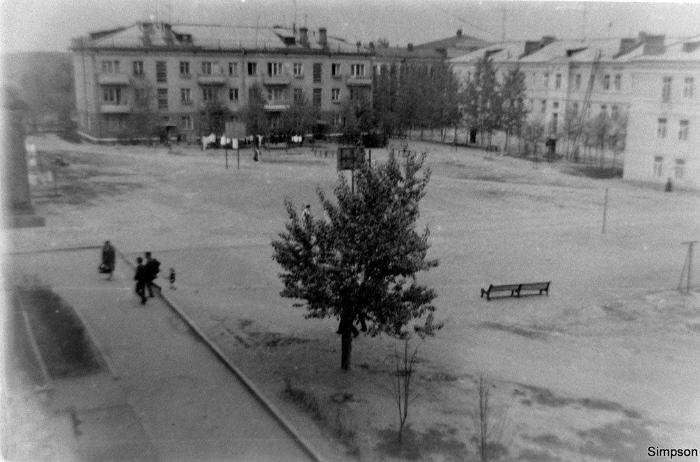 Двор дома №6 по Пионерской улице, на заднем плане дом №9 по проспекту Ленина и дом с колоннами, 1970-е годы