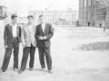 """Около домов на Пионерской, на заднем плане слева """"63-й дом"""", а на заднем плане дома на Комсомольской, справа деревянный барак, на месте которого стоит дом №6 по Пионерской, 1960-е годы"""