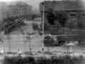 Справа контора УКС, на месте которой стоит кафе Воря, слева - дома на ул. Строителей, 1970-е годы