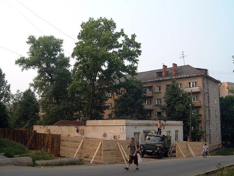 Демонтаж старого здания магазина перед строительством ТЦ, июль 2002 года