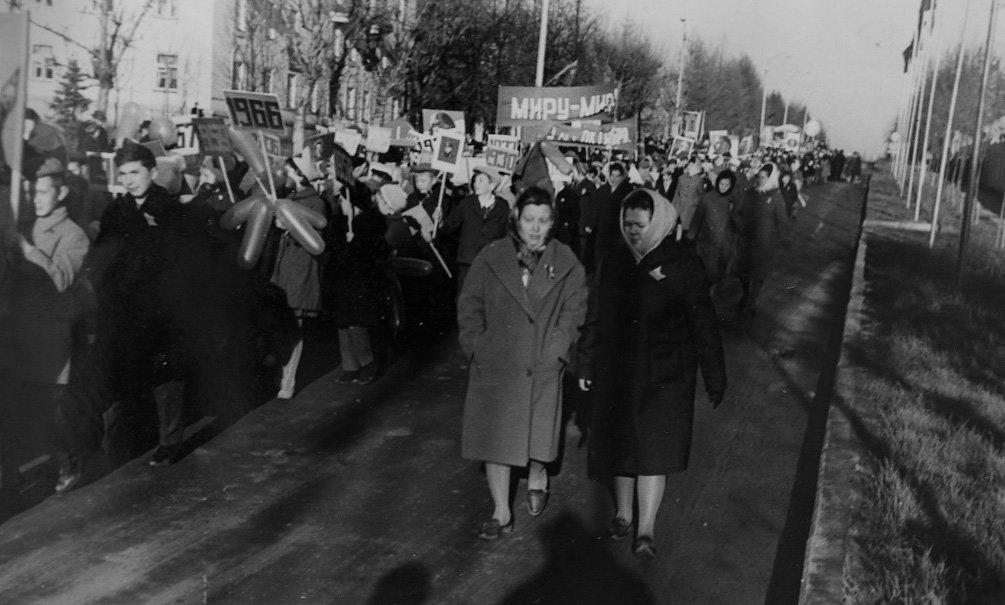 Демонстрация на проспекте Ленина, справа - Каменская Е.Ф., директор школы №3 и почетный гражданин Красноармейска, 1966 год