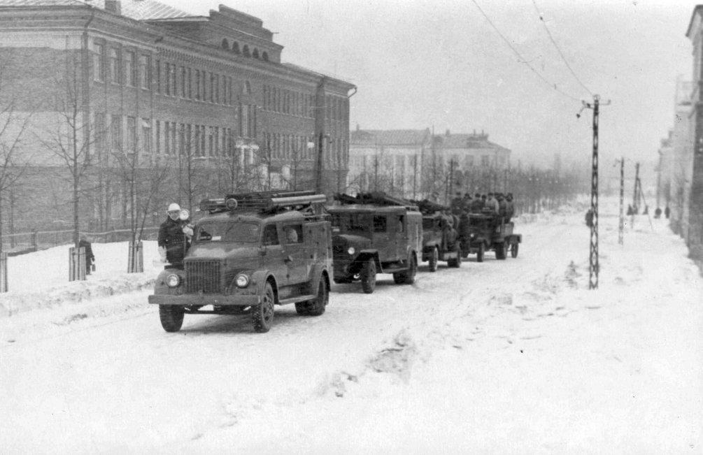 Городская пожарная команда около школы №2, 1960-е годы