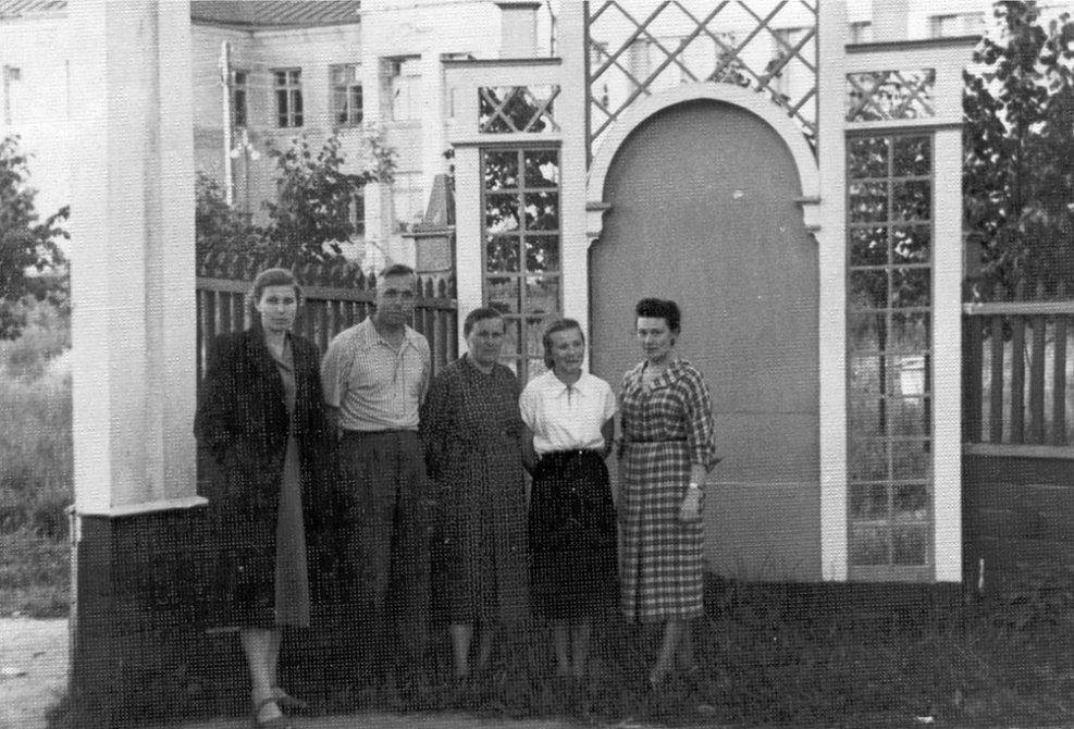 """На заднем плане ворота на входе в парк, который находился между """"штабом"""" на Центральной и Школой №2, 1960-е годы"""