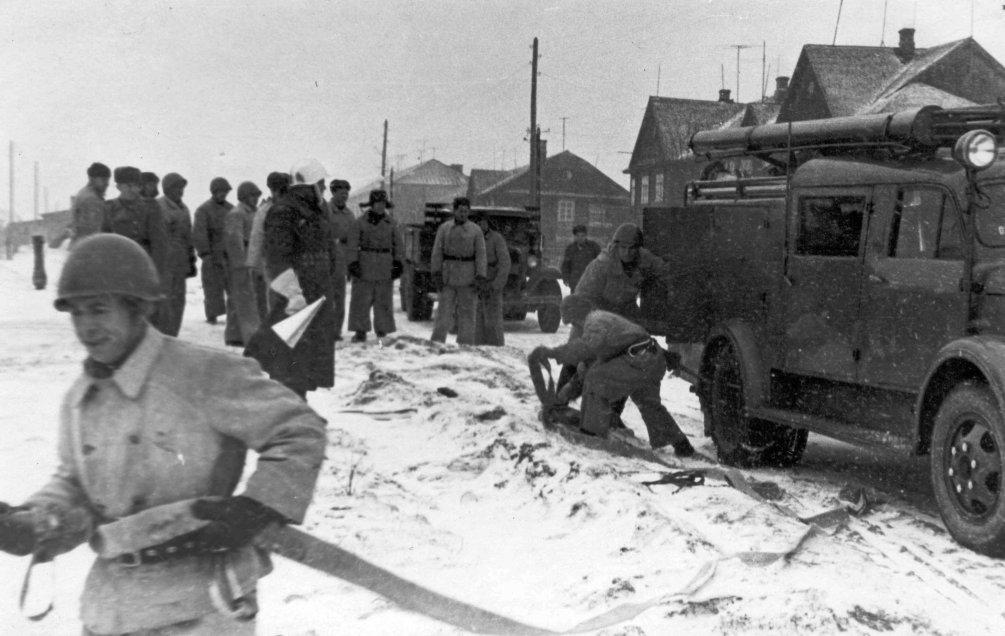 Тренировка пожарной команды около домов, которые стояли на месте современных домов Гагарина и Строителей, 1960-е год