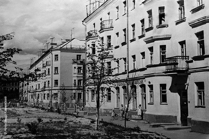 """Дом №10 по Комсомольской улице с продуктовым магазином, который называют """"Старый"""", 1960-е годы"""