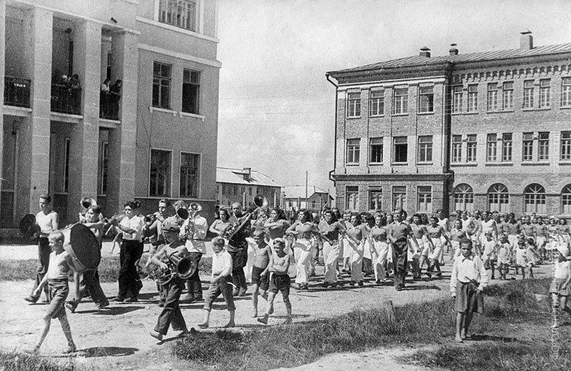 Шествие физкультурников по Комсомольской улице, 1956 год