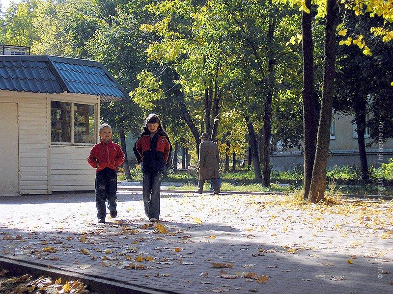 Осень на Комсомольской, аллея около дома №4, октябрь 2005 года