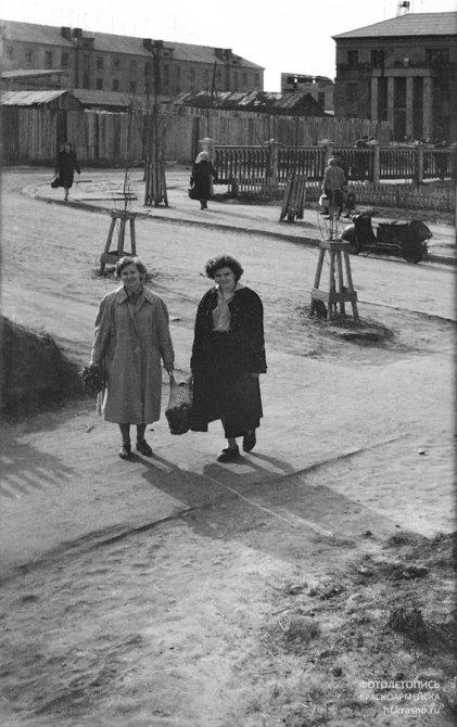 Перекресток Комсомольской и Горького, сейчас на заднем плане вместо сараев стоит дом №15, 1960-е годы