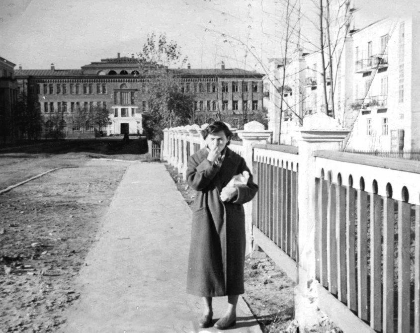 Улица Комсомольская в районе дома №10, вид на школу №2, 1950-е годы