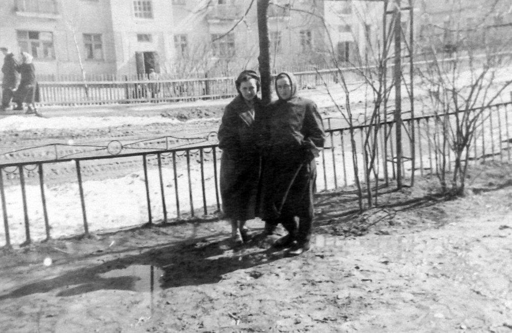 На Комсомольской улице, на заднем плане дом №14, 1950-е годы