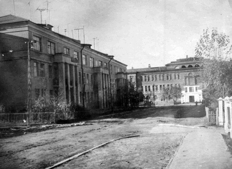 """Комсомольская улица, на заднем плане """"дом с колоннами"""" и школа №2, 1950-е годы"""