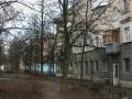 """Дом №10 по Комсомольской улице с продуктовым магазином, который называют """"Старый"""", 2006"""