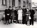 """Встреча группы """"Поиск"""" из школы №2 с командиром полка, в котором служили летчики самолета ТБ-3, разбившиеся в 1941 году и захороненные на красноармейском кладбище. Около гостиницы Комсомольская 9, 1966 год."""