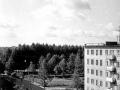 Дома 1 и 3 и парк Второй школы. Примечателен щит-агит-плакат на доме 3: Пятилетке - ударный труд, снимок 1980-х годов