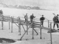 Лыжники на мосту от Низочка, на заднем плане дома Бережной улицы, 1970-е годы