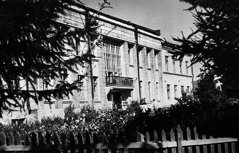 Здание городской поликлиники на улице Центральной в Красноармейске называют «Штаб», который располагался тут ранее, 1960-е годы