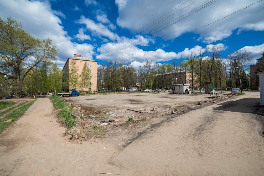 Стоянка около проходной НИИ Геодезия, апрель 2014 года