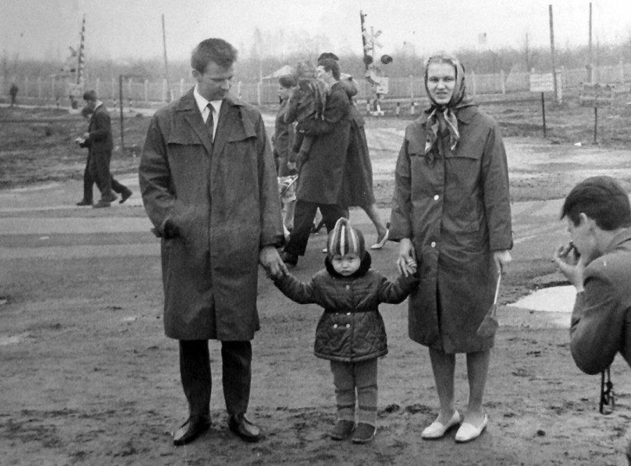 Горожане на демонстрации, на заднем плане переезд через жд по дороге, ведущей к КНИИМ, 1970-е годы