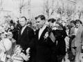 Майская демонстрация идет по Центральной улице (сегодня проспект Испытателей, на заднем плане дом №23/1), 1980-е годы
