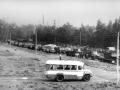 На снимке Центральная улица, идет прокладка кабеля АТС НИИ Геодезия, на заднем плане видно место, где располагались въездные ворота на территорию полигона. 1980-годы.