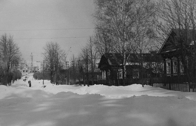 Улица Революционная, на заднем плане идет строительство дома №10, 70-е годы