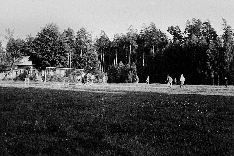 Футбольное поле, на заднем плане справа место, где будет находится МедСанЧасть, конец 70-х годов
