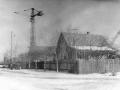 На улице Октябрьской. На заднем плане — строительство дома №22, а слева от этого дома — угол детского сада «Родничок», 70-е годы