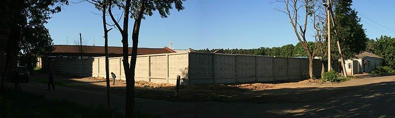 Пожарное депо фабрики КРАФ разрушено и на его месте забор, июнь 2007 года