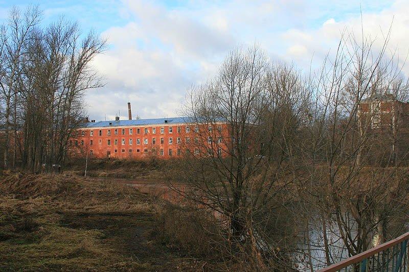 Казармы фабрики КРАФ (Вознесенской мануфактуры) и река Воря, декабрь 2006 год