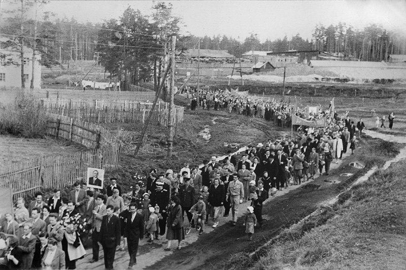 Праздничная демонстрация, перекресток шоссе на Полигон и улицы Свердлова, 1960-е годы