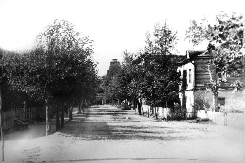 Вид на улицу Свердлова к фабричным воротам, справа «учительский» дом, 1930-е годы Вид на улицу Свердлова к фабричным воротам, наши дни