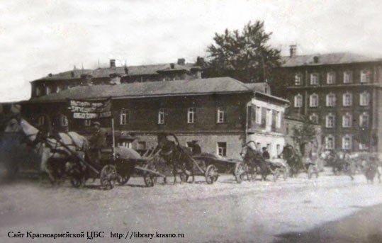 Улица Свердлова — «Учительский» дом и Егорьевская казарма на заднем плане, продотряд возвращается на фабрику, 1920-е годы