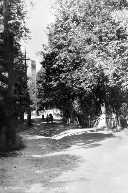Спуск от улицы Чкалова к «висячему мосту», 1970-е годы.