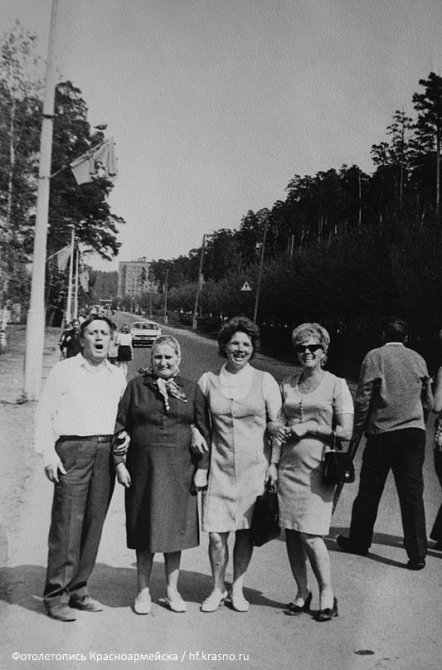 Горожане в начале улицы Чкалова, на заднем плане дома по ул. Новая жизнь, 1960-е годы