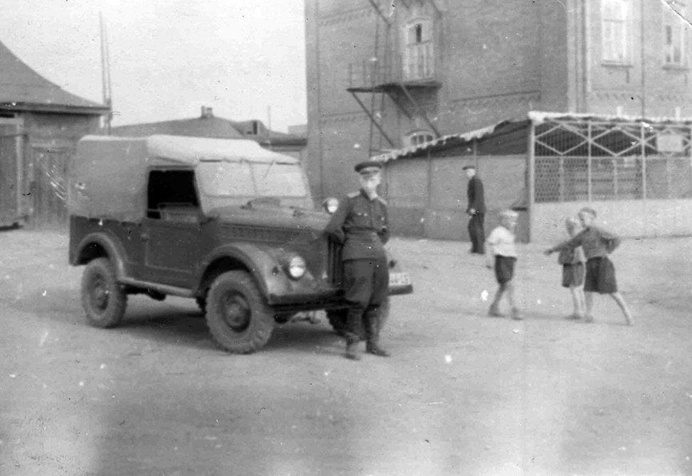 Милиционеры, на заднем плане дом №25 на Чкалова (сегодня здесь находится Администрация), а перед ними вольеры для служебных собак, 1960-е годы