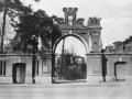 Московские ворота в Красноармейске и Дом Миндера на заднем плане, 1970-е годы