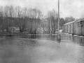 Интересный ракурс на дом Миндера — снимок с противоположного берега от фабрики. Слева на снимке видна Вознесенская церковь, справа — дом Миндера. На реке Воря половодье.