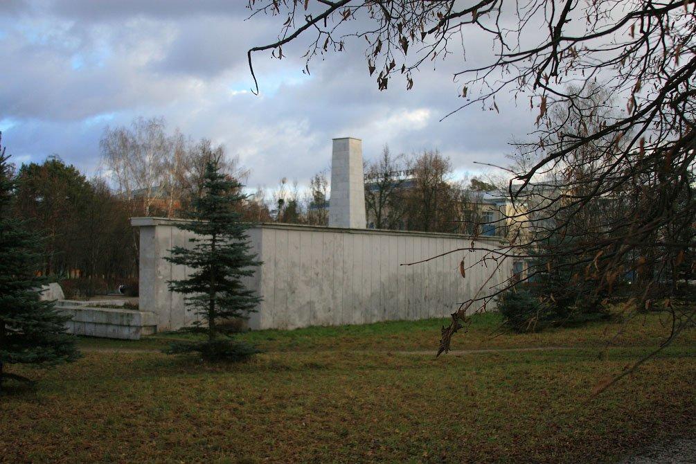 Обратная сторона монумента павшим войнам в Красноармейске, 2006 год