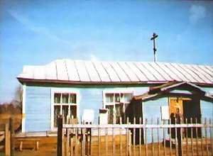 В одном из одноэтажных зданий магазина в 1990-е разместился Вознесенский храм