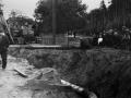 На фотографии запечетлено историческое событие 1960-х годов — в город проводят газовую магистраль, место рядом с Площадью Победы