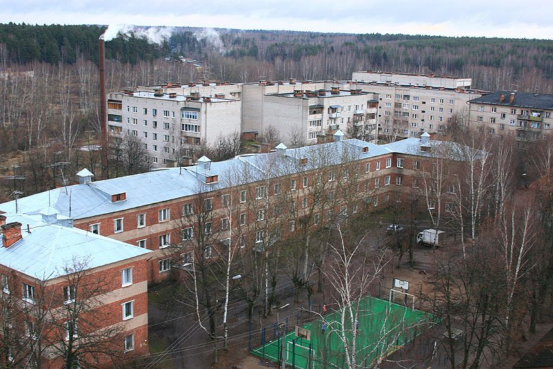 Вид на дом № 11 и новостройки, 2006 год. 7 лет строился дом №11 — c 1940 до 1947 года — помешала строительству война.