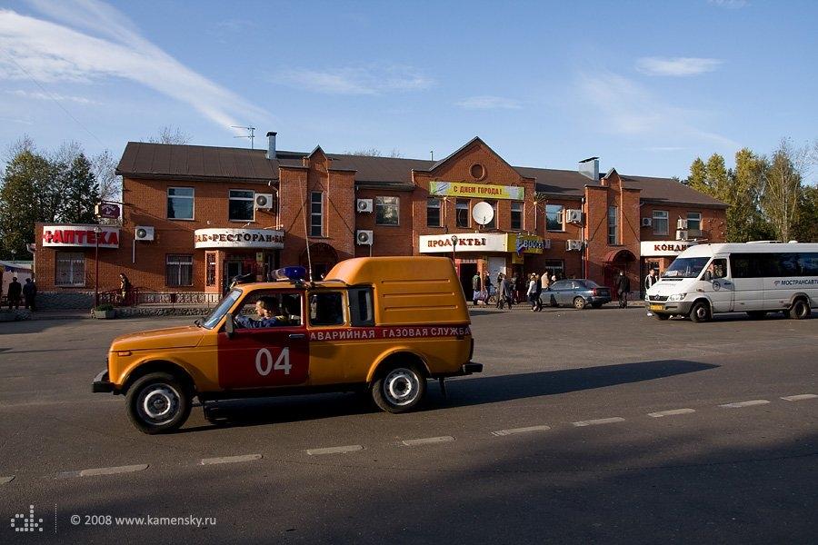 """Конечная станция, маршрутное такси """"Спринтер"""" и Нива газовой службы, сентябрь 2008 года"""