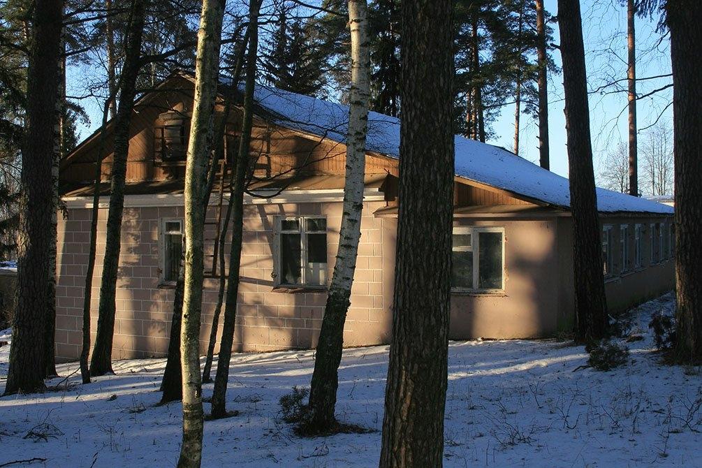 Восточная часть главного корпуса. На снимке хорошо видно, что с одной стороны дом одноэтажный, а с другой - двух.