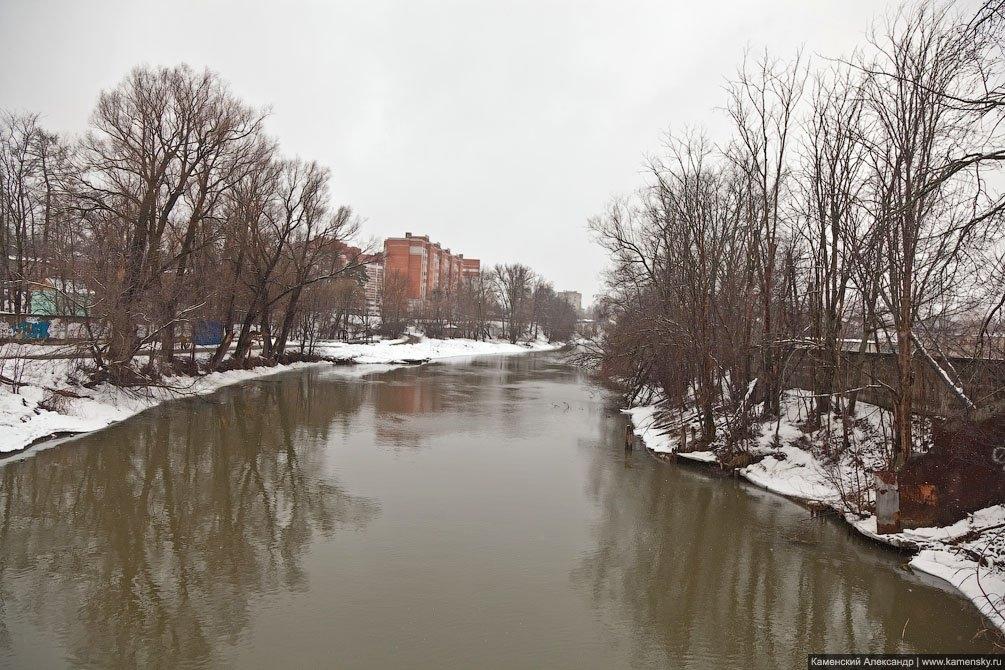 Дома на улице Чкалова и река Воря, апрель 2011 года