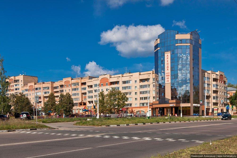 Дом №4 на Комсомольской, вид от проспекта Испытателей, август 2011 года