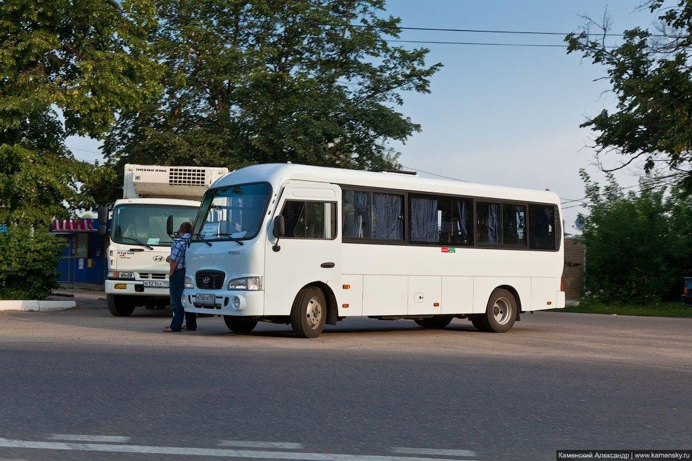 Служебный автобус ранним утром на площади Победы, июль 2011 года